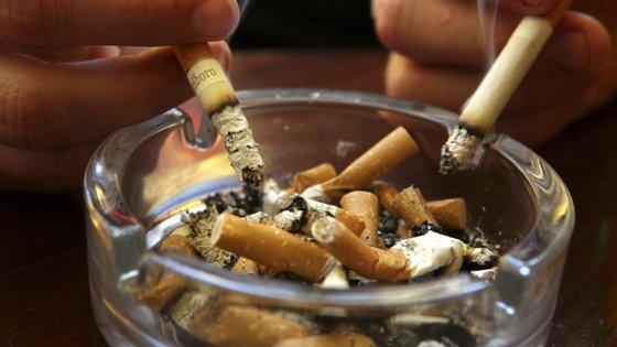 Todos os dias, são atiradas para o chão das ruas de Madrid, em média, meio milhão de beatas de cigarro