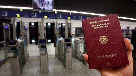 A polícia alemã não consegue verificar todos os passaportes