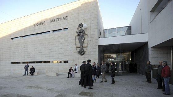 Os arguidos foram detidos no Aeroporto de Lisboa quando tentavam embarcar para o Brasil. Um deles já estava no interior do avião
