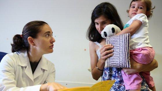 """Além das crianças, a Prevenar será igualmente gratuita para """"os adultos com doenças crónicas e considerados de alto risco"""""""