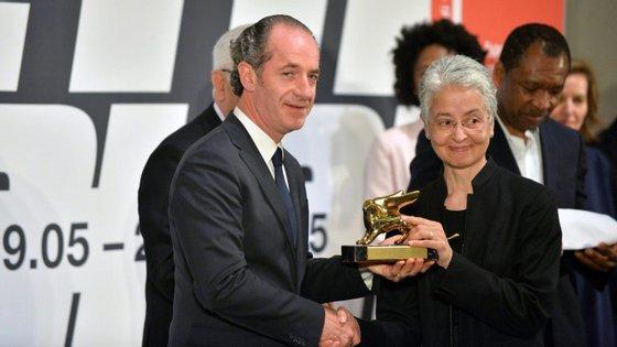Adrian Piper (à direita) venceu o prémio de melhor artista
