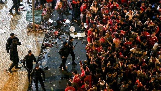 A festa do bicampeonato do Benfica em Lisboa ficou marcada por cenas de violência