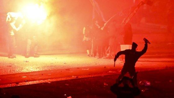 O fotógrafo captou o momento em que o agente da PSP se prepara para atirar a garrafa
