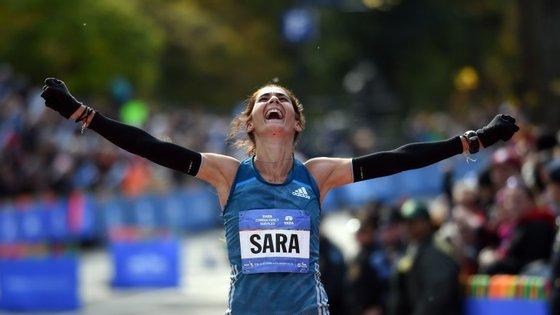 Sara Moreira acabou a primeira maratona em que participou no terceiro lugar. Foi em Nova Iorque. No domingo conseguiu o segundo lugar na maratona de Praga e alcançou a terceira melhor marca de sempre de atletas portuguesas