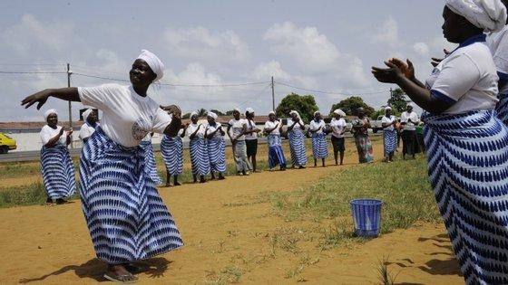 Mulheres liberianas festejam o fim da epidemia