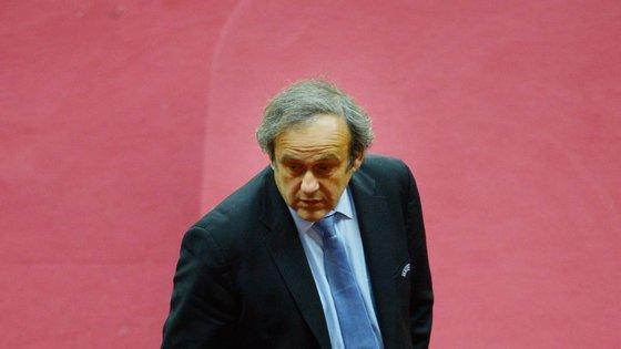 """Michel Platini pediu ao """"amigo"""" Joseph Blatter para se demitir da presidência da FIFA, mas o suíço disse-lhe que não porque o congresso da entidade está prestes a começar"""