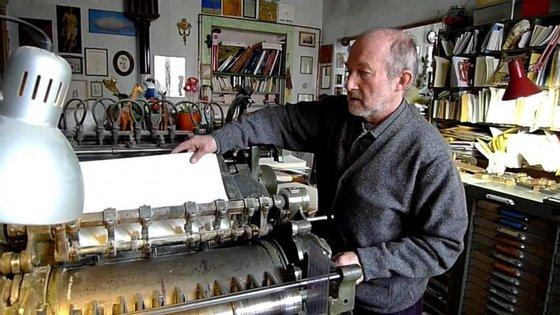 Alberto Casiraghy, 63 anos, a trabalhar na máquina de caracteres móveis, na sua casa em Osnago