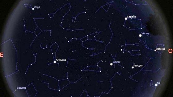 Mapa do céu visível às 22 horas do dia 6 de maio em Lisboa, mostrando os planetas Vénus, Júpiter e Saturno