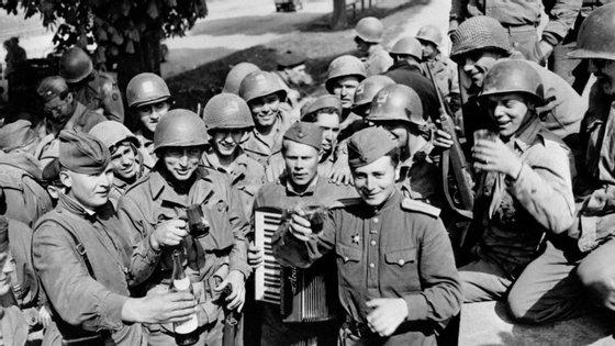 Os soldados soviéticos e americanos a 25 de abril de 1945, pouco antes de um dos suicídios em massa ocorridos na Alemanha