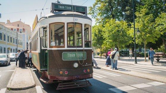"""Uma viagem no """"Tram Tour"""" custa seis euros e dura aproximadamente vinte minutos"""