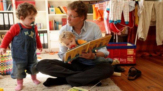 Ainda antes dos 12 meses os cuidadores devem chamar a atenção das crianças para o nome dos objetos
