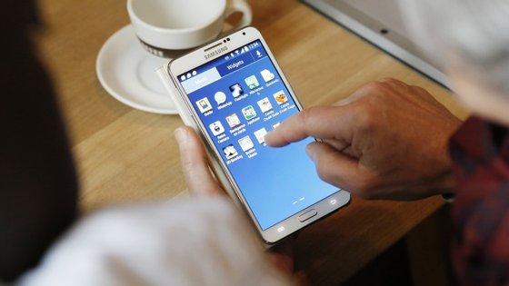 Uma das formas de poupar a bateria do seu smartphone é desligar o WiFi e os dados sempre que não sejam necessários