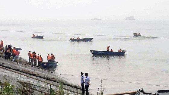As equipas de socorro recuperaram vários corpos do interior do navio