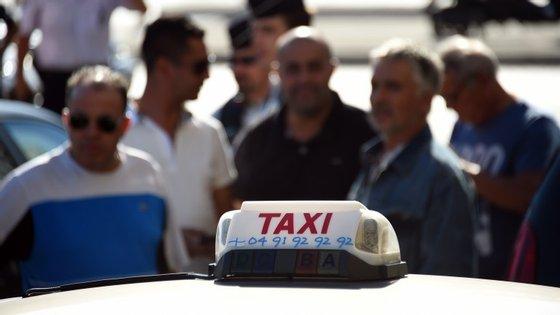 Centenas de taxistas pegaram fogo a pneus e viraram alguns carros