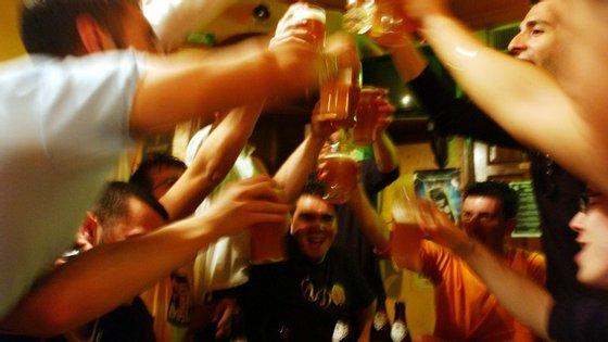 Está provado cientificamente que o álcool na adolescência provoca danos graves à saúde física e psicológica