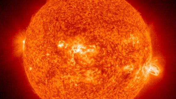 O Sol, como qualquer estrela, é uma gigantesca bola de gás quente, composta por cerca de 70% de hidrogénio e cerca de 28% de hélio