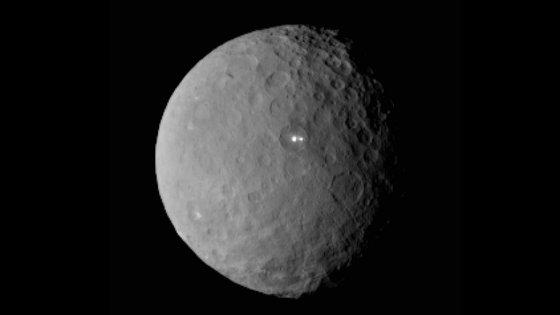 """Depois dos pontos luminosos vistos em Ceres, a NASA descobriu uma """"pirâmide"""" no solo do asteróide. Será?"""
