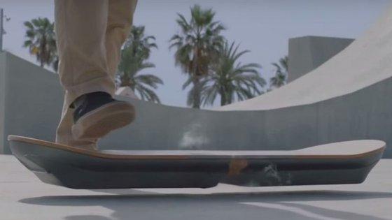 O skate flutua por causa de supercondutores e ímanes de líquidos refrigerados a nitrogénio liquido