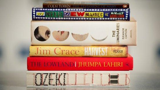 """Os livros finalistas do prémio de 2013. Entre eles está """"Os Luminares"""", de Eleanor Catton, que acabou por vencer"""