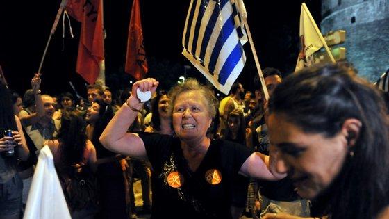 """Manifestantes celebram a vitória do """"não"""" em Atenas"""
