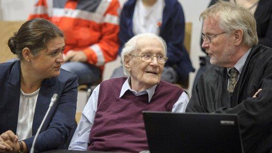 Oskar Groening (ao centro) ladeado pelos advogados durante o julgamento