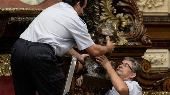 O busto já estava na sala plenária desde 1976