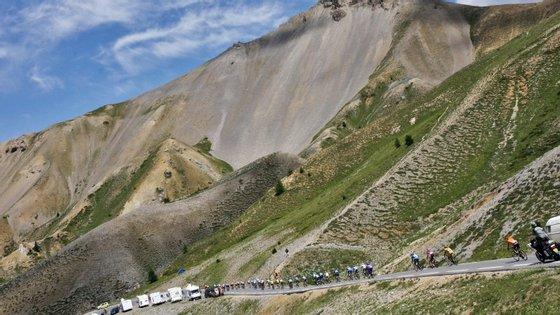 """O Tour volta ao Alpes d'Huez. E volta logo na penultima etapa. O Arco do Triunfo é logo """"ao virar da esquina"""", mas nos Alpes ainda há muito por decidir"""