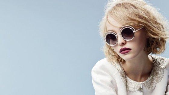 """Lily-Rose Deep tem apenas 16 anos e já é considerada uma """"it girl""""."""