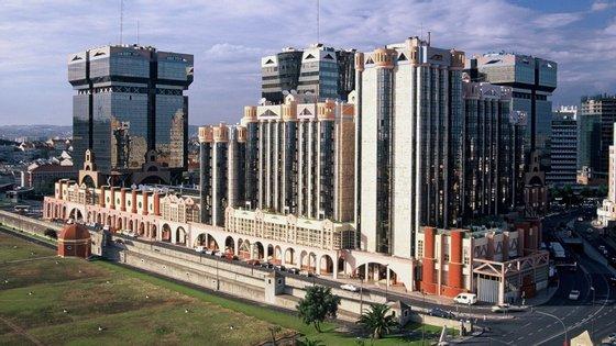 O Centro Comercial das Amoreiras foi inaugurado a 27 de setembro de 1985 pelo arquiteto Tomás Taveira.