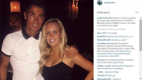 """Cristiano Ronaldo com a dona do telemóvel """"resgatado""""."""