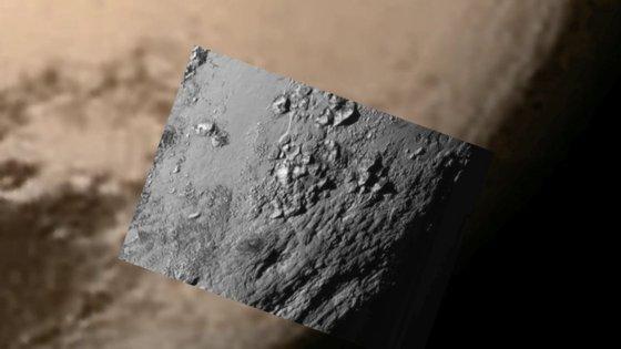 A NASA divulgou esta quarta-feira a primeira secção em alta resolução da fotografia tirada a Plutão