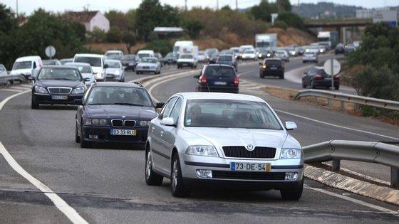 As novas especificações regulamentam que o aluno tenha pelo menos 32 horas de condução e 500 quilómetros de estrada