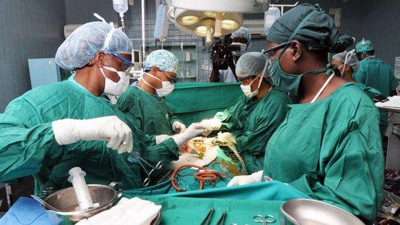 Os dois doentes que foram lá fora ser tratados precisavam de ter pedido uma autorização prévia