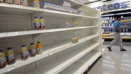 Prateleiras praticamente vazias num supermercado da capital venezuelana