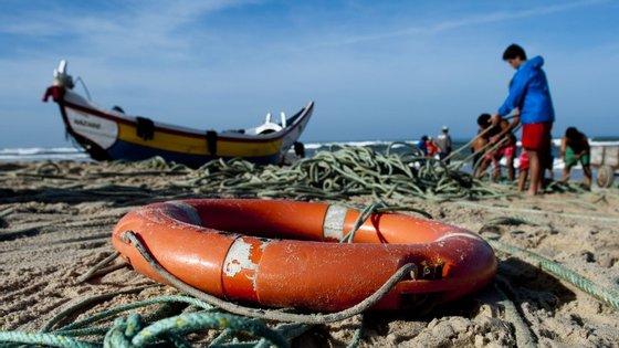 As buscas continuarão para encontrar os restantes quatro pescadores, depois de três terem sido resgatados - um deles sem vida