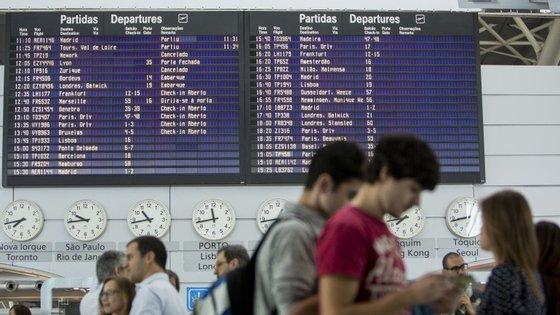 Os maiores atrasos, superiores a uma hora, estão a sentir-se no aeroporto de Barcelona