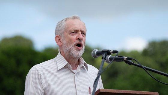 Jeremy Corbyn surge destacado nas sondagens para líder do Partido Trabalhista, com 53% de previsão de votos