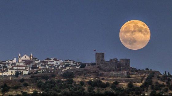 A primeira superlua de 2015, em agosto, sobre o castelo de Monsaraz, no Alentejo