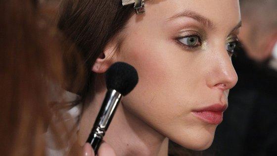 Quem tem um rosto mais arredondado deve usar blush nas laterais, em diagonal, das covas do rosto até às têmporas para criar contornos.