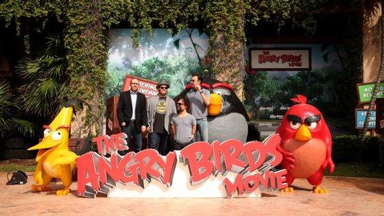 O produtor John Cohen e os atores Josh Gad, Peter Dinklage, e Jason Sudeikis que dão voz às personagens Chuck, Mighty Eagle e Red, respetivamente