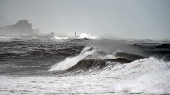 O tufão, com ventos de 209 quilómetros por hora, encontrava-se esta manhã cedo a 560 quilómetros ao sudeste de Taiwan