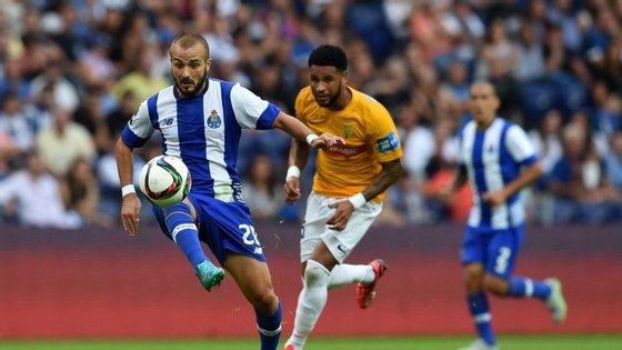 A imagem não é das mais recentes, mas é do jogo em que uma equipa conseguiu marcar mais do que um golo ao Estoril. A outra foi o Benfica