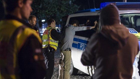 Um alegado traficante de pessoas é revistado na fronteira germano-austríaca