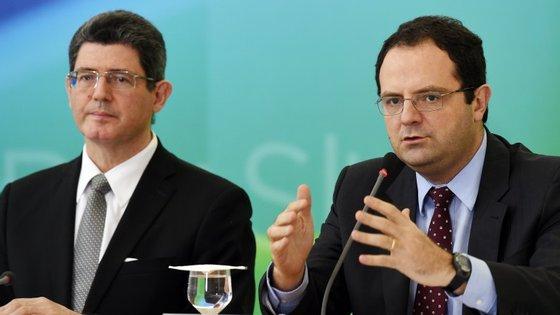 Joaquim Levy, ministro da Fazenda (Finanças) e Nelson Barbosa, ministro do Planeamento, anunciam cortes no orçamento para 2016