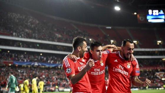 Jonas tentou, mas não marcou. Gaitán insistiu e marcou. E Mitroglou esperou pela bola e também marcou.