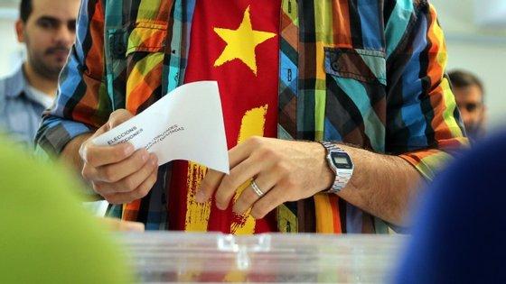 Mais de cinco milhões de catalães vão às urnas este domingo para votarem a independência da Catalunha
