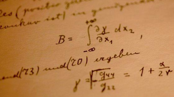"""Um detalhe do manuscrito de 46 páginas de Teoria Geral da Relatividade de Einstein, uma das """"17 equações que mudaram o mundo"""""""