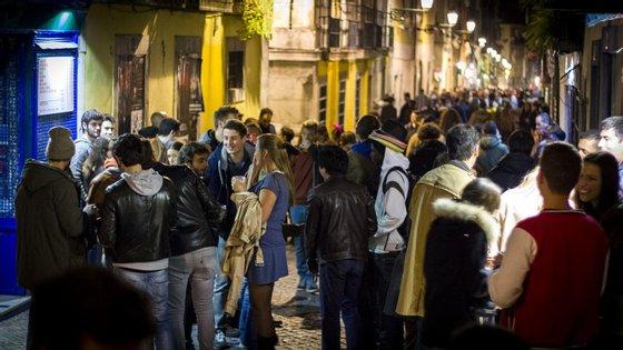 Aos fins de semana, as ruas do centro de Lisboa enchem-se de gente. Até demasiado tarde, reclamam os moradores