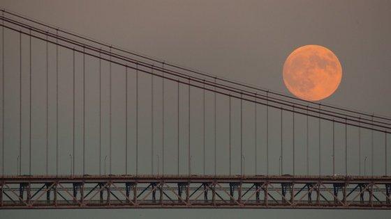 Uma super Lua, antes de um eclipse, em setembro de 2015