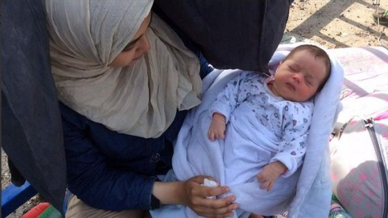 A bebé com quatro dias de vida, Rahf, ao colo da mãe.